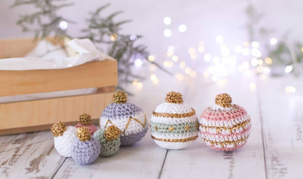 Free Christmas bauble crochet pattern, pastel Christmas baubles