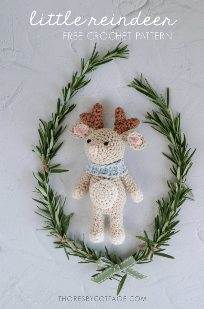 free christmas reindeer crochet pattern | crochet reindeer surrounded by a wreath